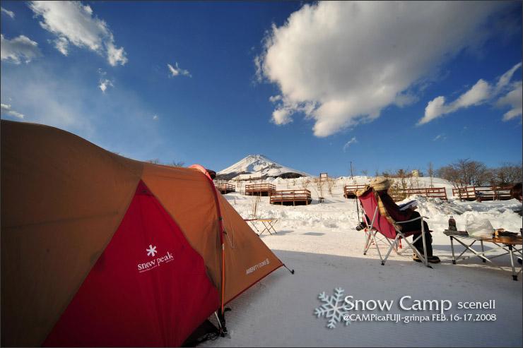 雪上で雪峰カタログを見るCheenaさん^^;