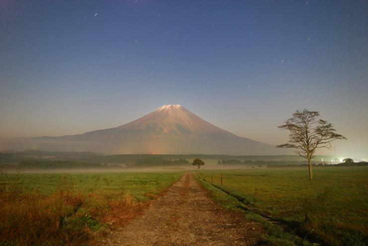 月夜に映える富士